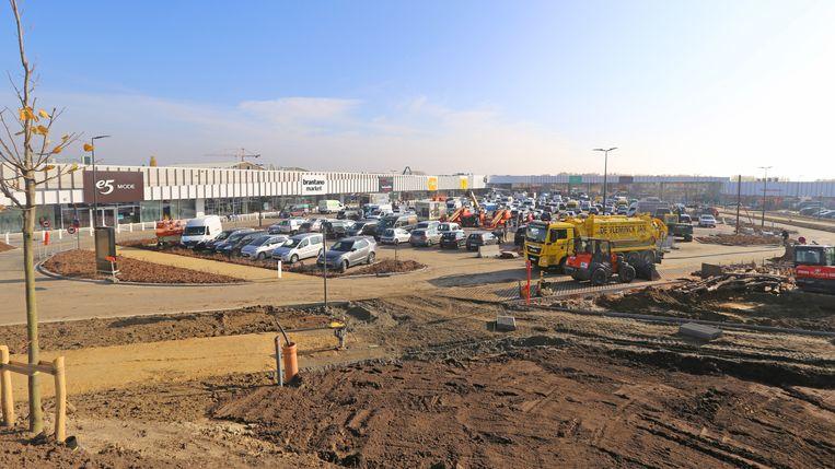 Winkeliers en aannemers zijn druk aan de slag om de site van The Leaf af te werken.
