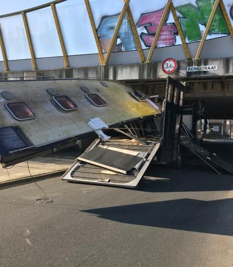 Voertuig botst tegen viaduct in Maarheeze