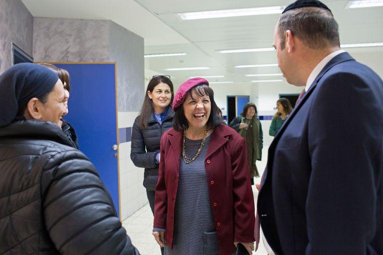 Aliza Bloch, de eerste vrouwelijke burgemeester van Beit Shemesh, bezoekt regelmatig lokale gemeenschappen om kleine en grote problemen te bespreken. Beeld Geert van Kesteren