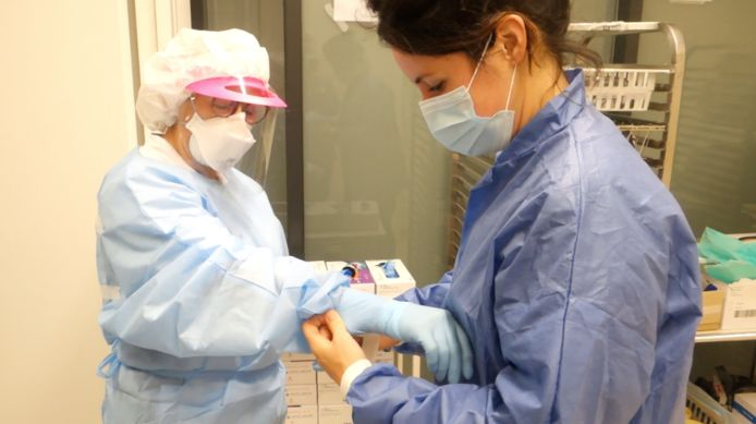 Buddy Marjon Moed helpt het zorgpersoneel in het ziekenhuis bij het aan- en uittrekken van beschermende kleding.