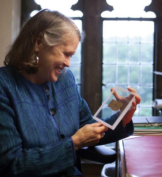 Professor Karen King toont het zeer kleine document.