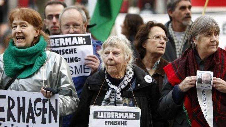 Demonstranten protesteren woensdag op het Plein in Den Haag tegen de komst van de Israëlische minister van Buitenlandse zaken Avigdor Lieberman. ( ANP) Beeld