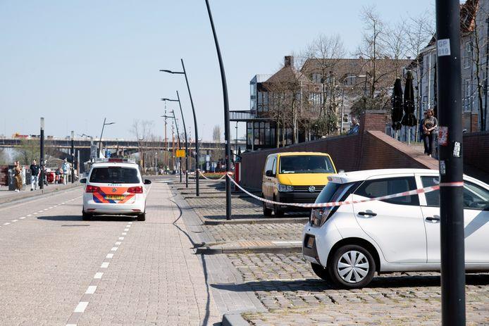 Aan het begin van de coronacrisis werd een deel van de parkeervakken aan de Waalkade afgesloten.
