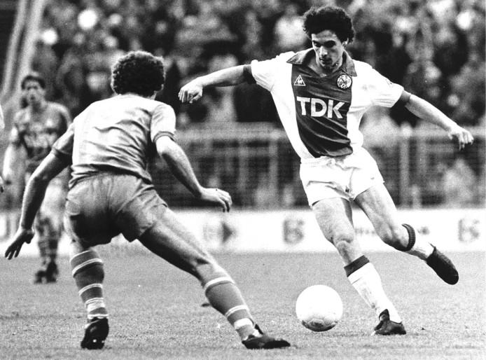 Gerald Vanenburg in 1983 met Ajax in actie tegen NEC.