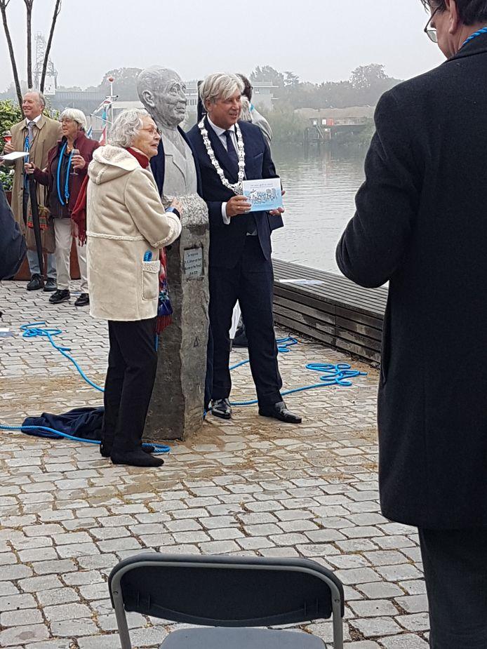De onthulling van het borstbeeld door dochter Marian van Veen en burgemeester Peter Oskam van Capelle aan den IJssel.