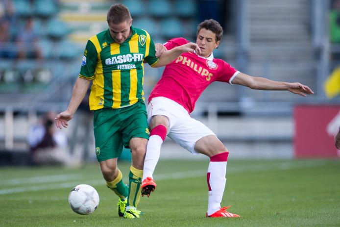 Samen met Stijn Schaars kwam Santiago Arias in de zomer van 2013 over vanuit het Portugese Sporting Lissabon. De destijds 21-jarige rechtsback tekende in Eindhoven een contract voor vier seizoenen.  In de voorronde Champions League - tegen Zulte Waregem - bleef hij nog op de bank. Op 3 augustus maakte hij zijn debuut tegen ADO Den Haag. PSV won met 2-3.