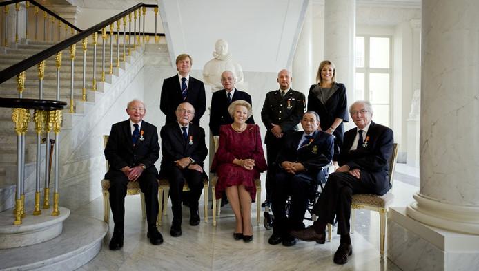 Koningin Beatrix, kroonprins Willem-Alexander en prinses Maxima in paleis Noordeinde met de zes dragers van de Militaire Willemsorde. Deze militaire onderscheiding is de oudste en hoogste Nederlandse ridderorde. Baron d'Aulnis de Bourouill staat tussen kroonprins Willem-Alexander en Marco Kroon. Foto uit 2010.