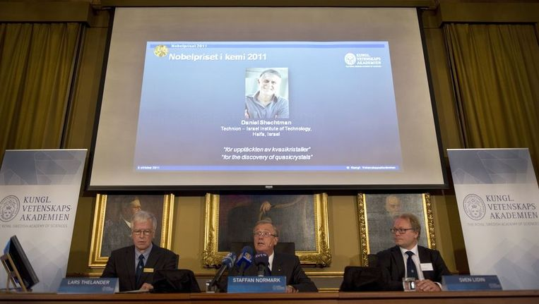Leden van de Zweedse Academie voor Wetenschappen presenteren Daniel Shechtman als de winnaar van de Nobelprijs voor de Scheikunde. Beeld afp