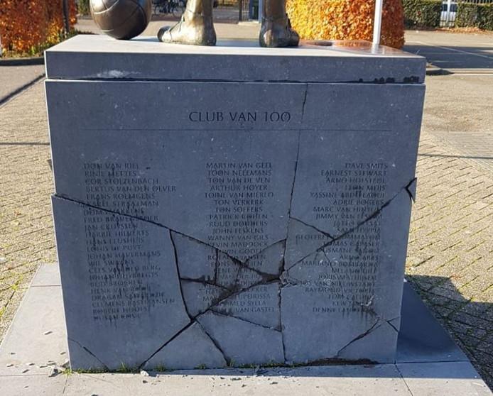Standbeeld Jan van Roessel beschadigd.