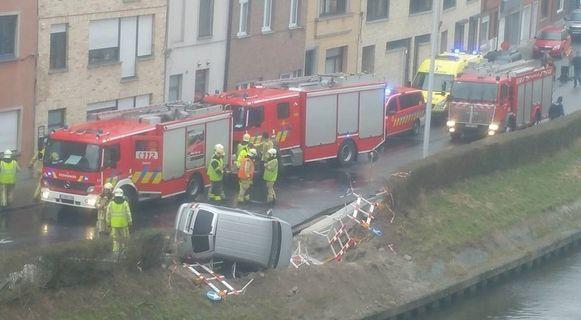 Ongeval in de Leiekaai in Gent: de chauffeur is net niet met zijn wagen in het koude water gevallen.