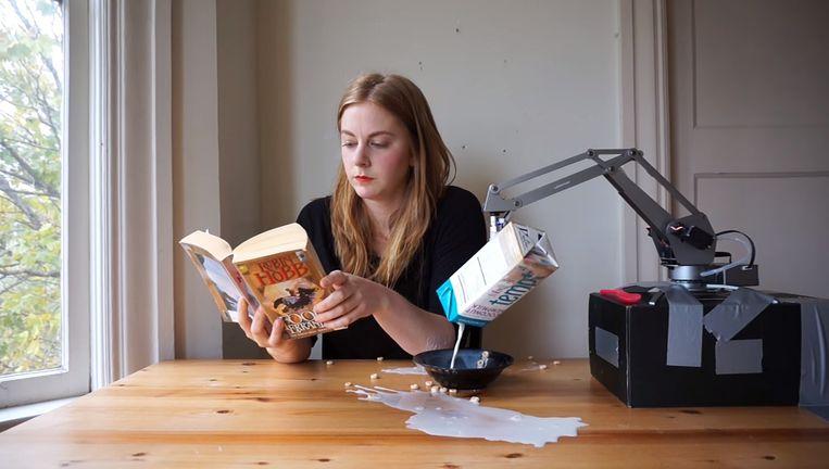 Simone Giertz krijgt 'hulp'bij het bereiden van een bakje cornflakes. Beeld YouTube