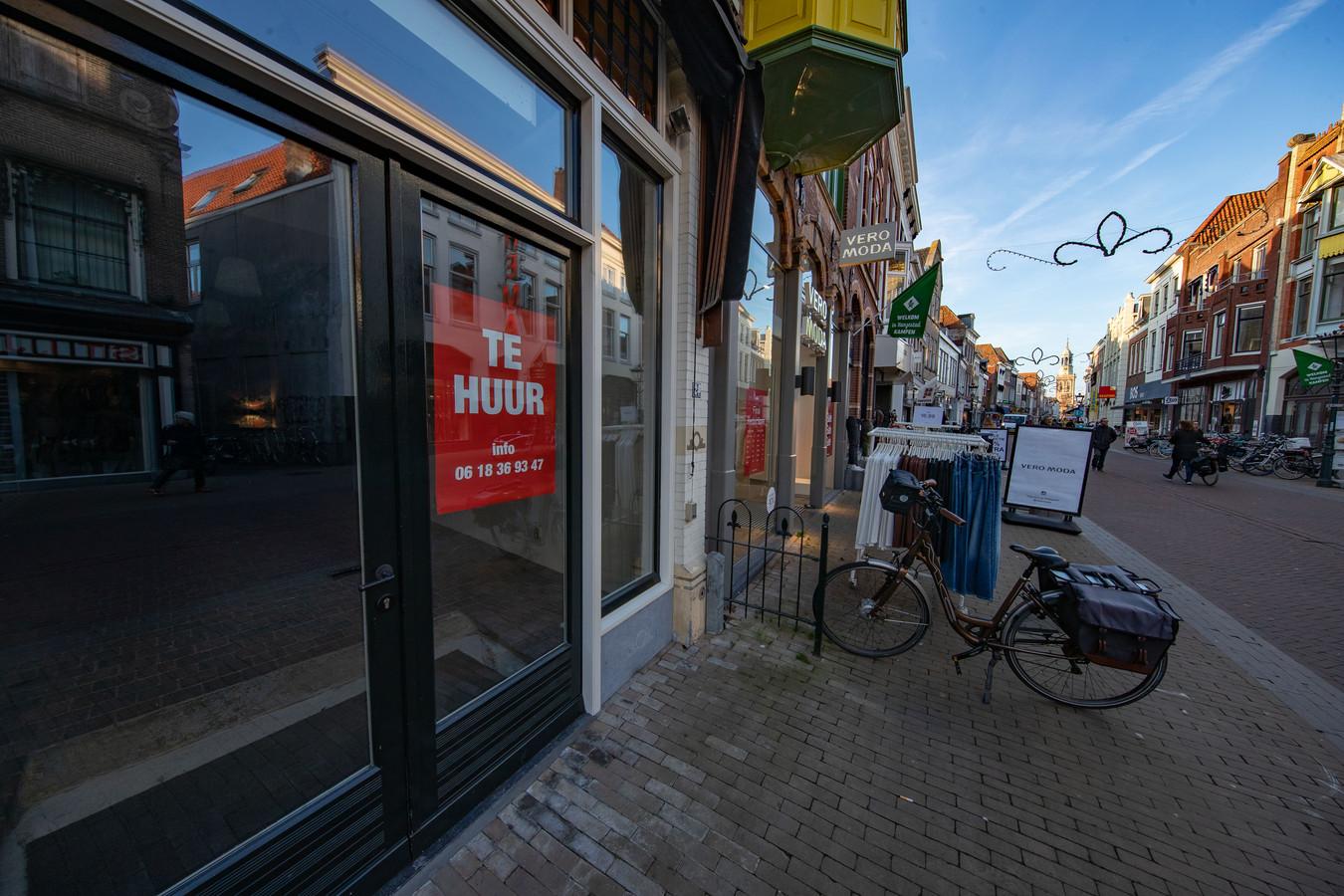 Er staan 18 winkels leeg in het bovenstroomse deel van de Oudestraat in Kampen. Er komt een nieuwe poging ze te vullen.