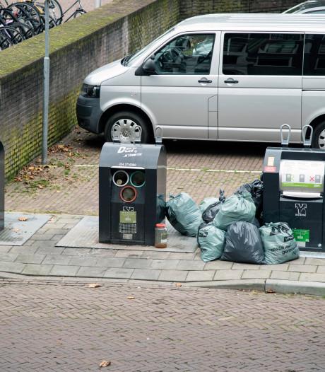 Bewoners Benedenstad klagen over rommel rond nieuwe ondergrondse afvalcontainers