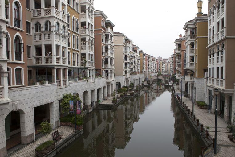 Een 'Venetiaans' kanaal in Waterstad. Het San Marcoplein in de stad fungeert als parkeerplaats. Beeld Ruben Lundgren