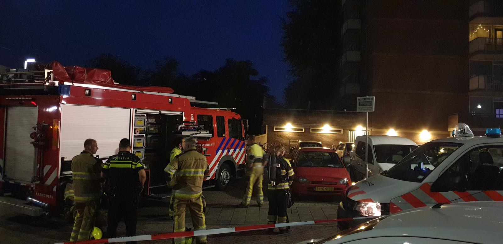 Hulpdiensten ter plaatse bij de ontruimde flat in Nijmegen