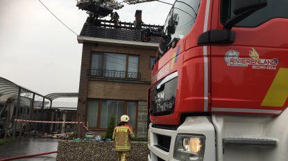 Blikseminslag zet dak in lichterlaaie: huis onbewoonbaar verklaard