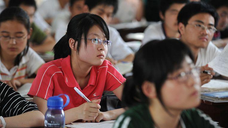 Chinese studenten zijn bezig met de laatste voorbereidingen voor een toelatingstest. Beeld afp