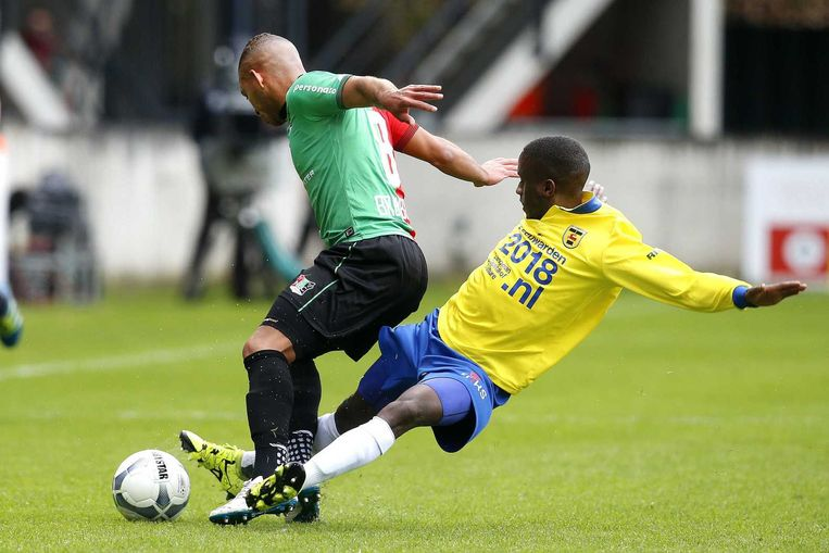 Jamiro Monteiro (Cambuur) maakt een overtreding op Gregor Breinburg van NEC. Beeld anp