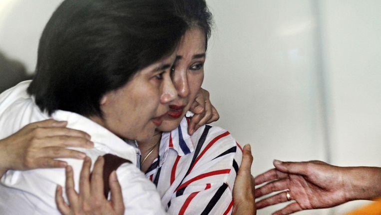 Familieleden van passagiers van de vermiste (inmiddels blijkt: neergestorte) vlucht QZ8501. Beeld ap