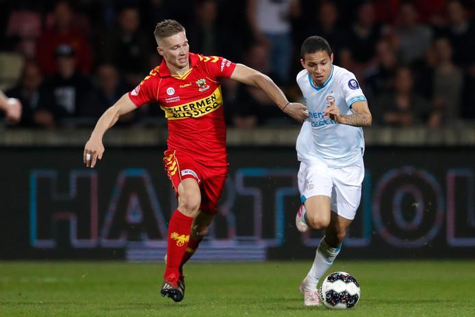 Roland Baas (links) moet namens Go Ahead Eagles in de achtervolging bij Jong PSV'er Mauro Junior.