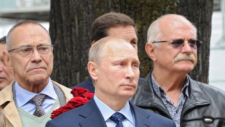 Poetin met de regisseurs Nikita Michhalkov, rechts, en Andrei Konchalovsky, links. Beeld EPA