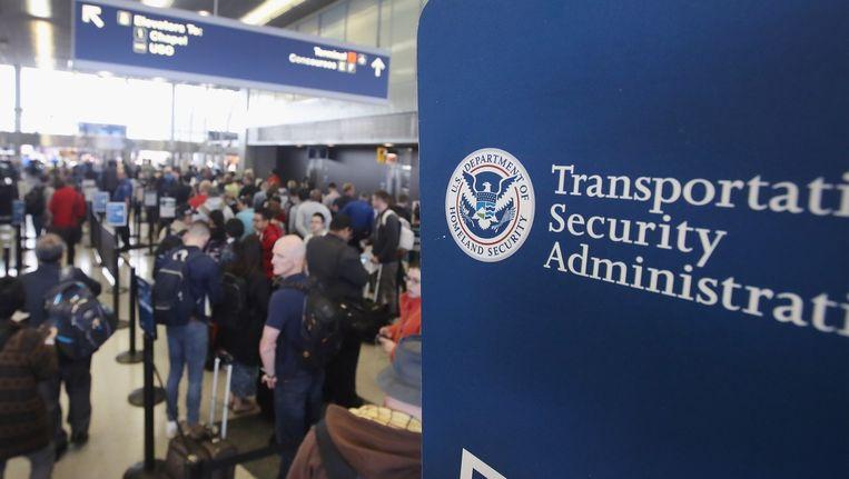 Reizigers in de rij voor de veiligheidscontrole in O'Hare International Airport in Chicago, Illinois.