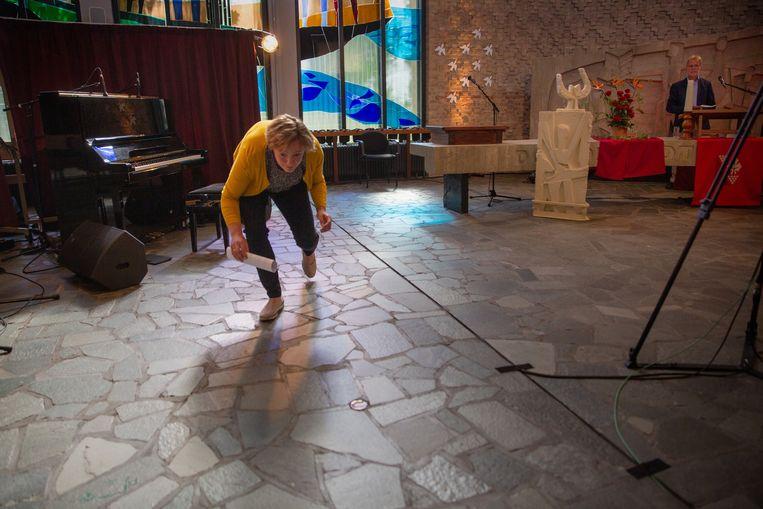 Vanuit De Ark in Dronten wordt een online-kerkdienst gehouden. Ds Wim Terlouw gaat voor, terwijl een aantal vrijwilligers de uitzending verzorgt. Beeld Herman Engbers