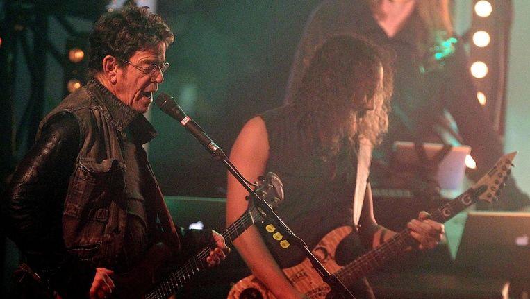 Lou Reed (L) en gitarist Kirk Hammet van de heavy metal band Metallica treden samen op. © EPA Beeld
