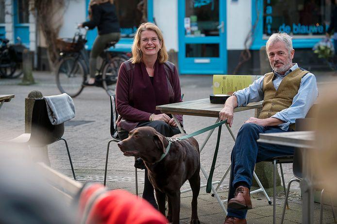 Pauline Krikke met man Ron en hond Harley.
