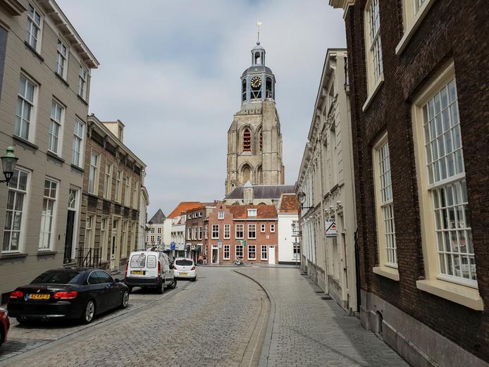 Vanuit de Hoogstraat in Bergen op Zoom kijk je uit op de Sint Gertrudiskerk , bijgenaamd de Peperbus.