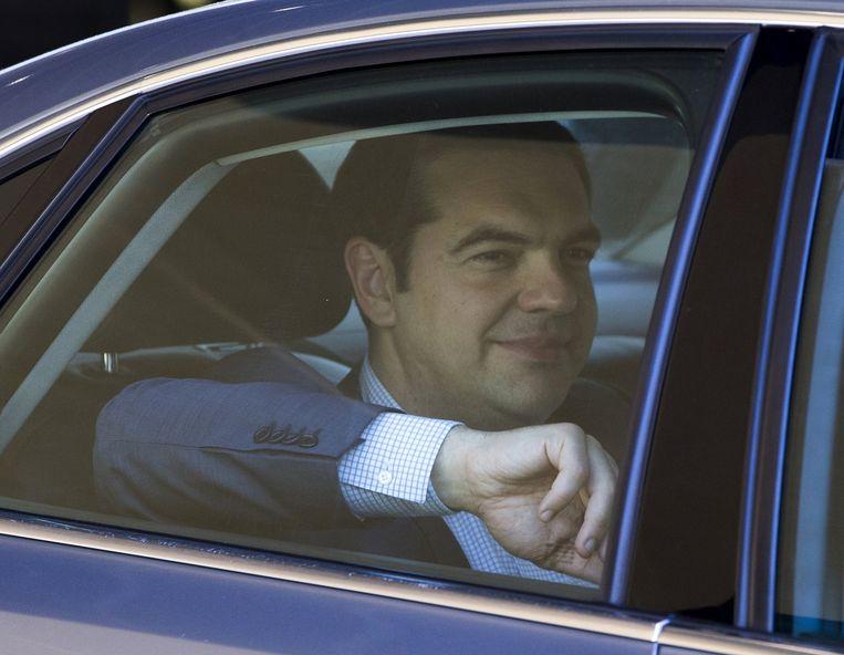 De Griekse premier Alexis Tsipras verlaat het hoofdkwartier in Brussel. Beeld reuters