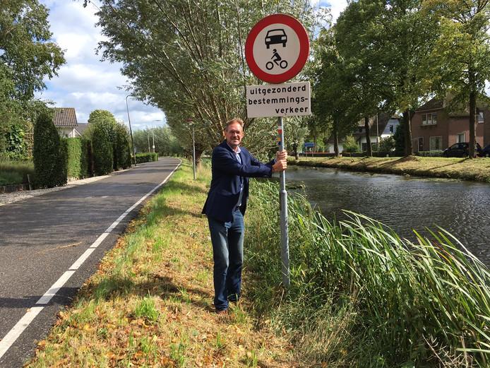 Wethouder Bob Duindam bij het verkeersbord aan de Lange Linschoten