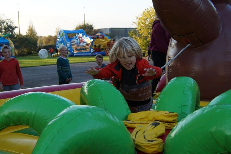 Aaron (6) neemt het in een wedstrijdje 'bananen grabbelen' op tegen zijn tweelingbroer Abel.