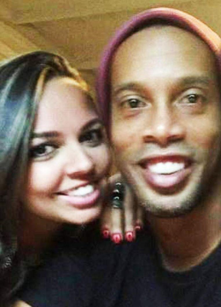 Ronaldinho, hier met Priscilla, trakteerde beiden vrouwen op een verlovingsring.