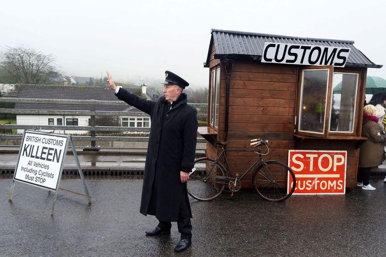 Een betoger tegen de brexit drijft de spot met grenscontroles in Noord-Ierland.
