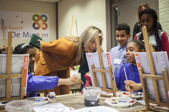 De koningin bezocht ook een schilderles voor kinderen in het buurtcentrum.