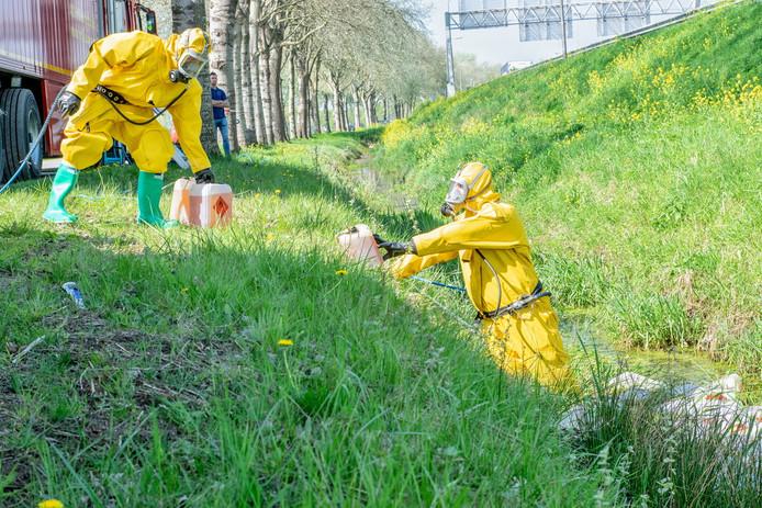 Tilburg, 20 april: een foto van een drugsdumping in Tilburg, nu in een sloot aan de Lage Wal. Specialisten ruimen het afval op.