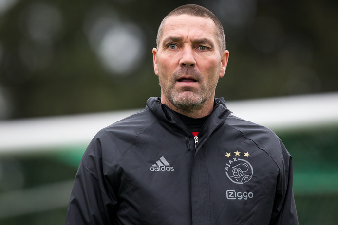 Hendrie Krüzen was bij Ajax assistent van Peter Bosz.