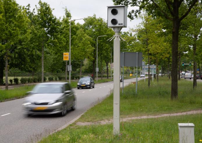 Deze flitspaal zorgde in 2018 voor ruim 15.000 snelheidsbekeuringen. De paal staat aan de Zwartewaterallee, vanuit noordelijke richting net voor de kruising met de Rijnlaan. De maximumsnelheid is hier 50 kilometer per uur, terwijl die een paar honderd meter eerder nog 70 is.