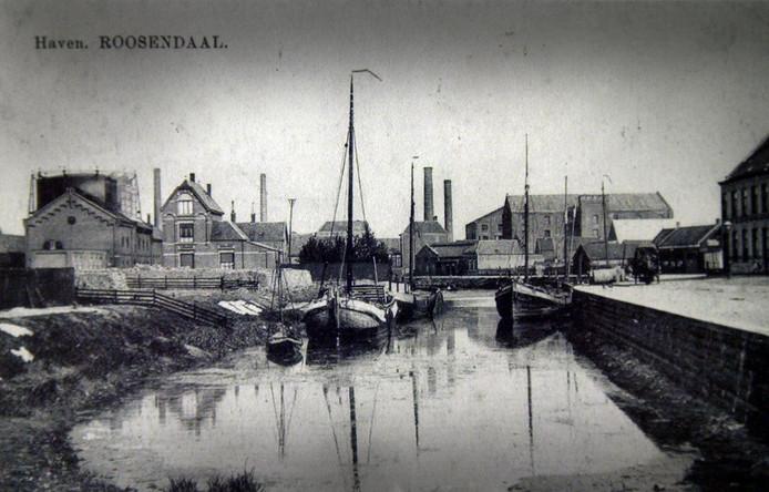 Zicht op de haven vanaf de Kade rond 1910. Links de gasfabriek, rechts woningen op de Molenberg.