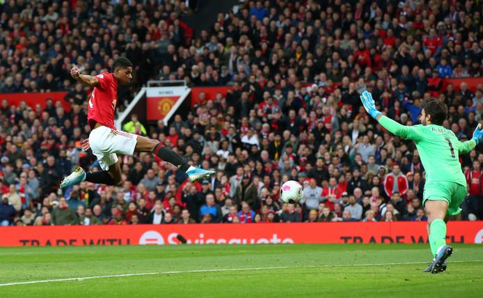 Marcus Rashford scoort namens Manchester United tegen Liverpool op Old Trafford.