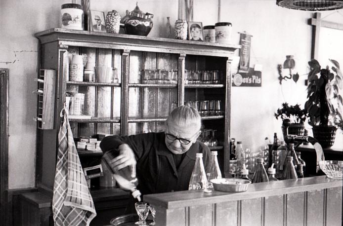 Mieke Vingerhoeds in haar cafe aan de Oude Grintweg in Oirschot (27 mei 1992).