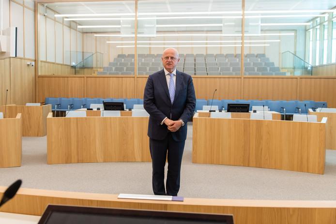 Minister Grapperhaus in een van de grote zittingszalen in de Bredase rechtbank. Deze ruimte kan in een handomdraai geschikt gemaakt worden als 'bunker' voor processen met verhoogde dreiging.