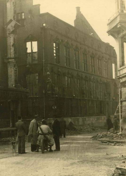 Het verwoeste stadhuis.