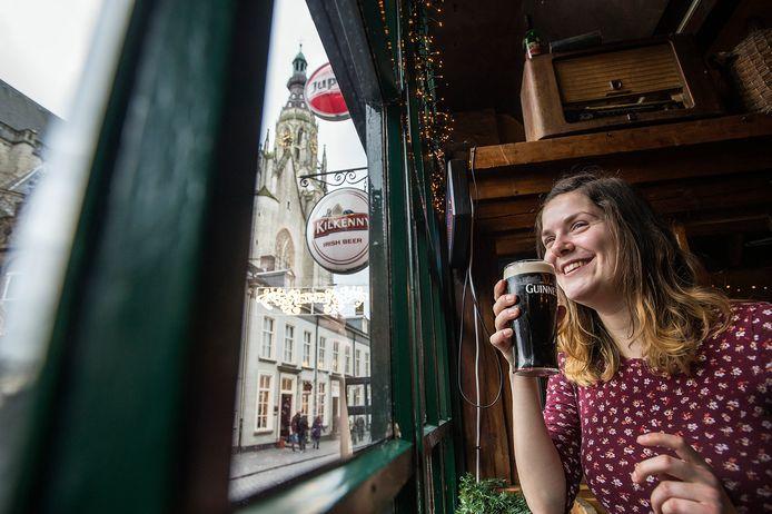 Bredase Janneke van Nijnanten is geëmigreerd naar Ierland om carrière te maken als singer/songwriter.  Rond de Kerst was ze weer even in  Breda.