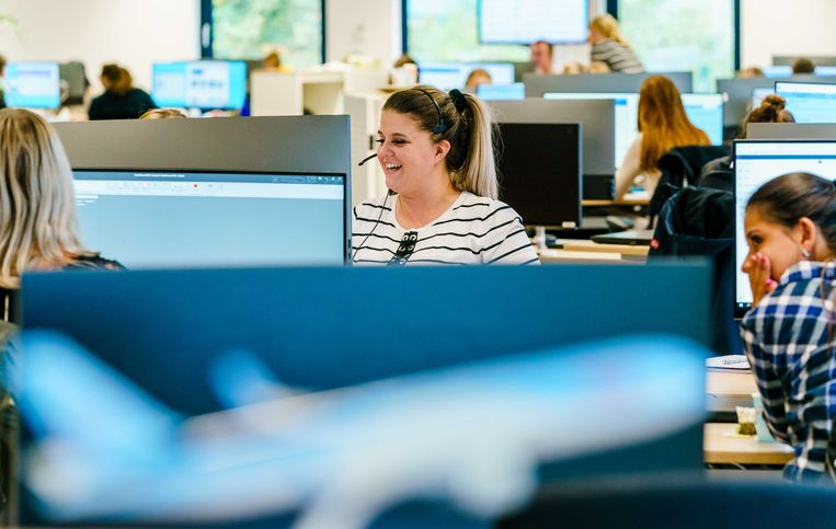 Medewerkers van reisorganisatie TUI nemen telefoontjes in behandeling van bezorgde vakantiegangers die via Thomas Cook of Neckermann een reis hebben geboekt.  Beeld ANP