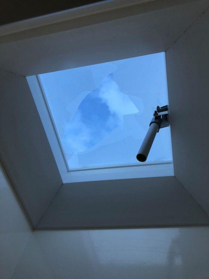 Het dakraam van het toiletgebouw is ingegooid.