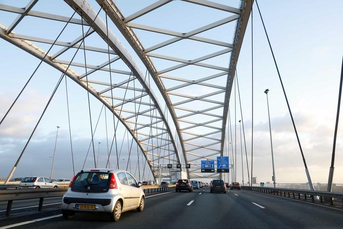 Verkeer op de Brienenoordbrug bij Rotterdam