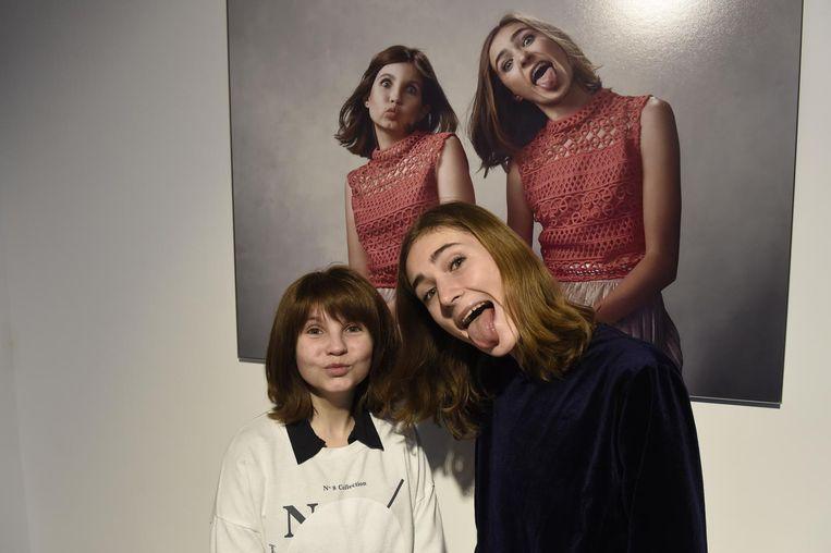 Links: Viviane (17) met haar nieuwe pruik. Rechts Yanti (18), van wie haar verwerkt werd in de pruik van Viviane. Achter hen hun gezamenlijke foto. Toen de foto gemaakt werd, ontmoetten de meisjes mekaar voor het eerst.