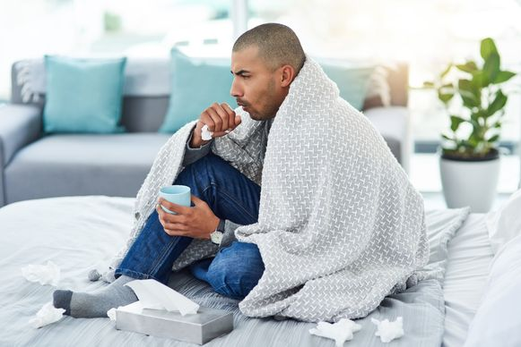 Kortademigheid, pijn bij het ademen en hoesten zonder fluimen zijn enkele symptomen van legionella.
